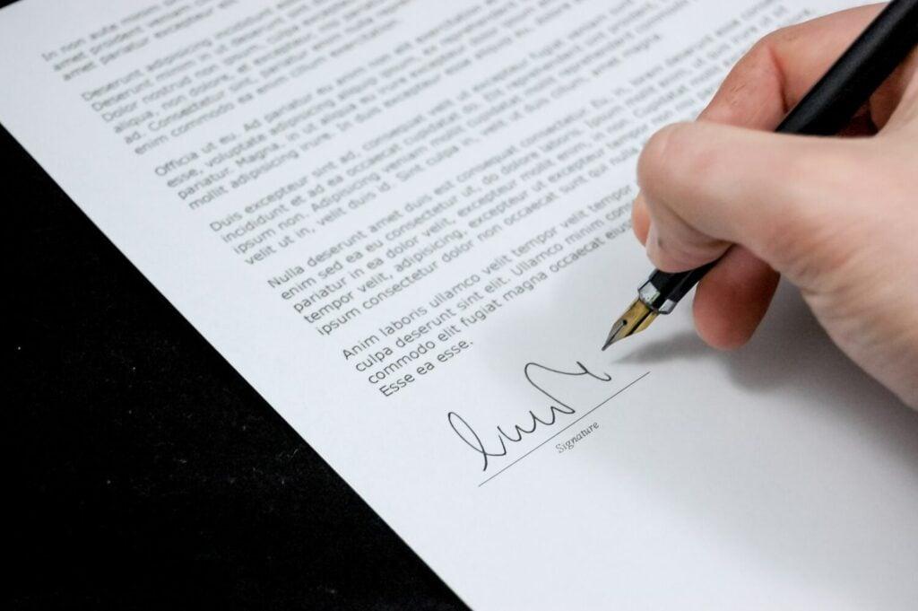składanie podpisu na umowie